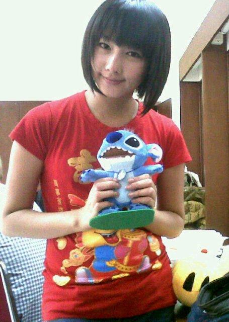 Dhike JKT48 memegang boneka
