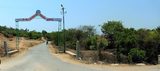 Start of trail from Thippagondanahalli to Manchanbele, showing the arch at the entrance