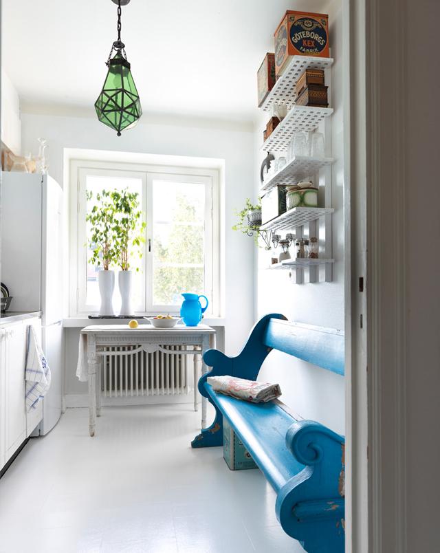 decorar un estudio con muebles vintage antiguos cocina blanca banco azul