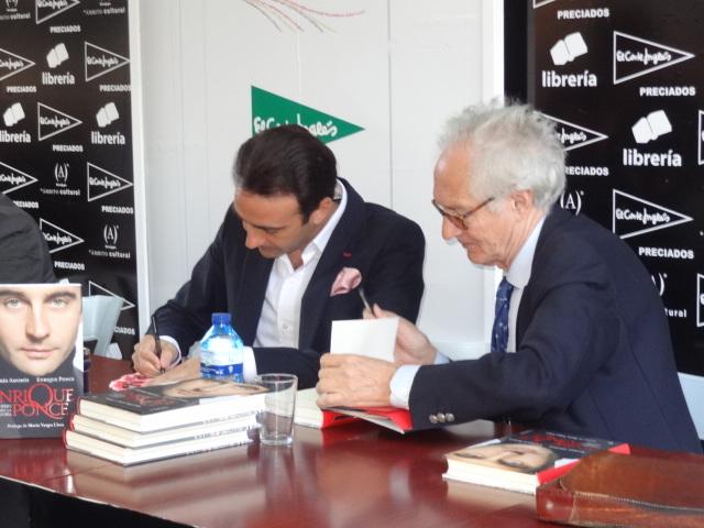 Andres Amorós firma libros