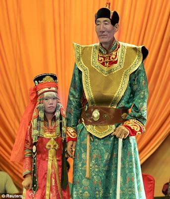 Foto Orang Tertimggi di Dunia Menikah