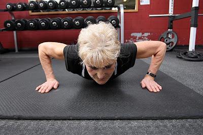 arsip-artikel-unik.blogspot.com - Nenek 66 Tahun Menjadi Atlet Angkat Besi