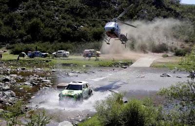 Mobil Berusaha Melewati Sungai