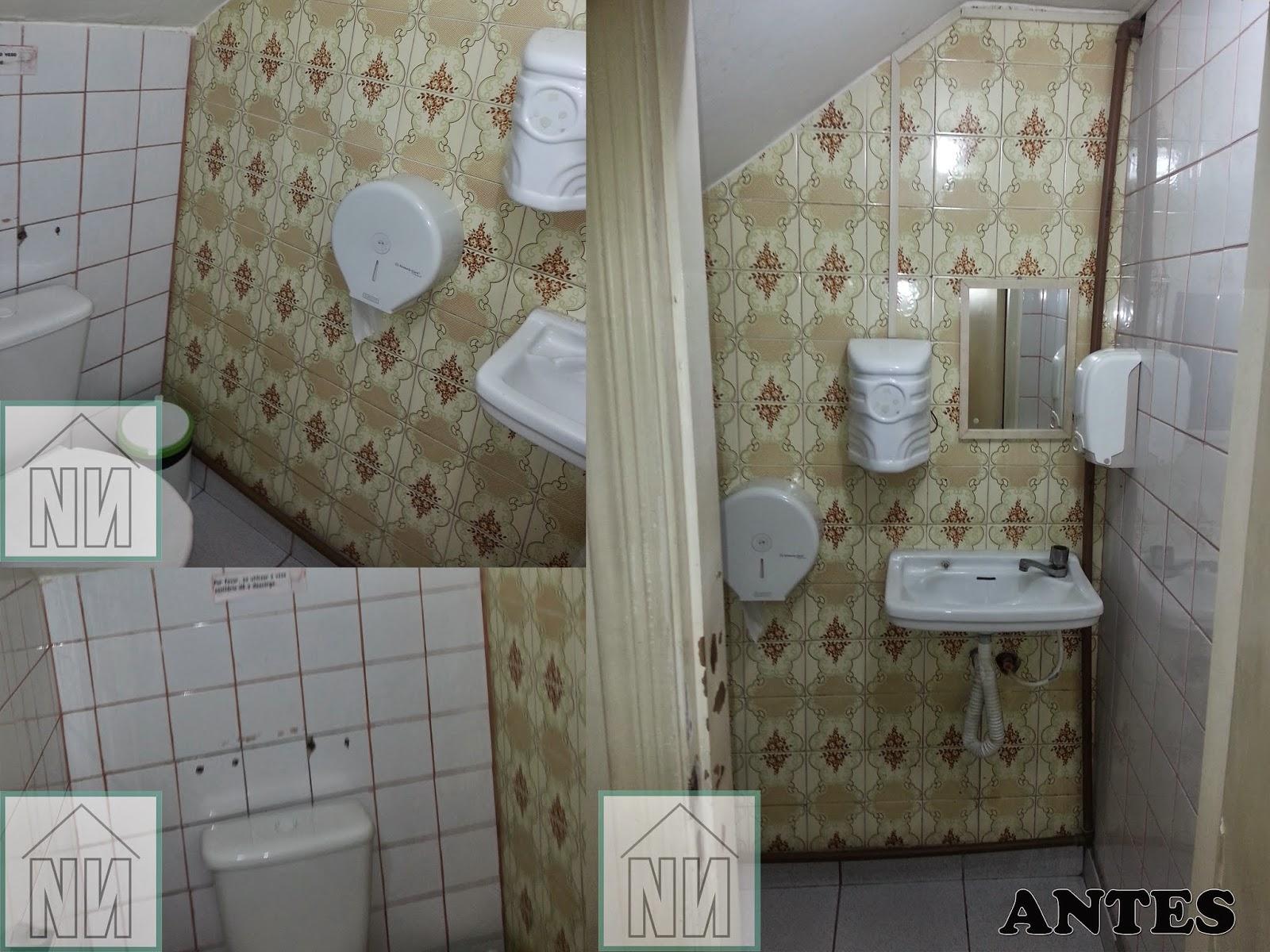 lavabo era pequeno localizado embaixo da escada e atendia à equipe  #5A5041 1600x1200 Arquitetura De Banheiro Simples