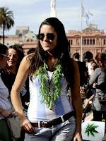 Mulher usa um colar de folhas de maconha em protesto pela legalização da droga na Argentina