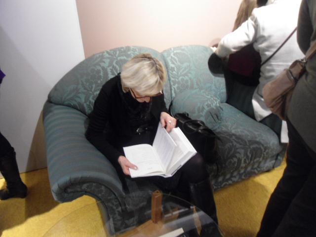 zielona kanapa i stolik ze szklanym blatem z mieszkania Wisławy Szymborskiej,