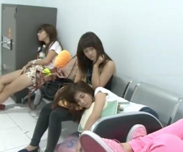 ... mereka tampak begitu letih dan capek dan inilah gaya mereka lagi tidur
