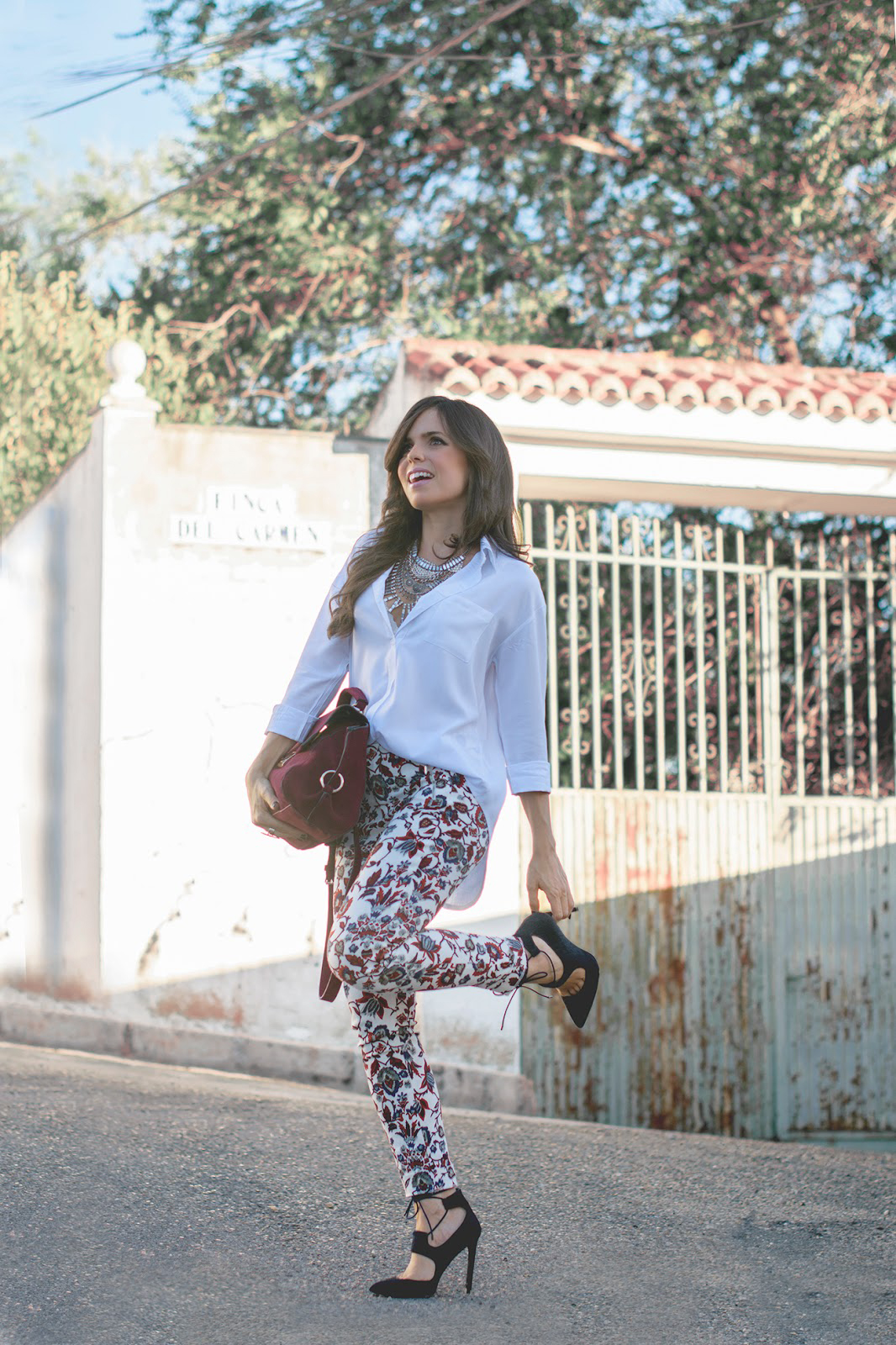 Look con pantalones estampados de zara y salones lace up de uterque