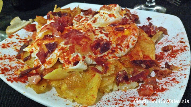 Patatas a lo pobre, jamón y huevos