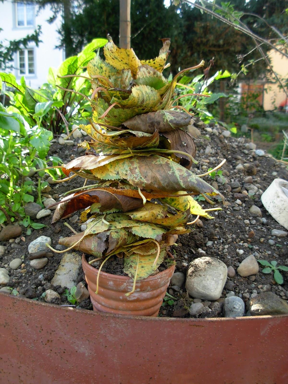 kleine Kinder basteln mit Herbstblättern