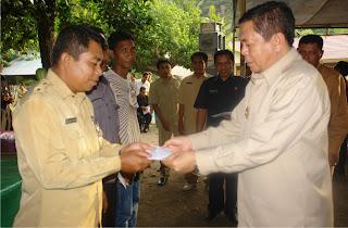 Pemkab Bima Serahkan Bantuan Material Bangunan di Ambalawi