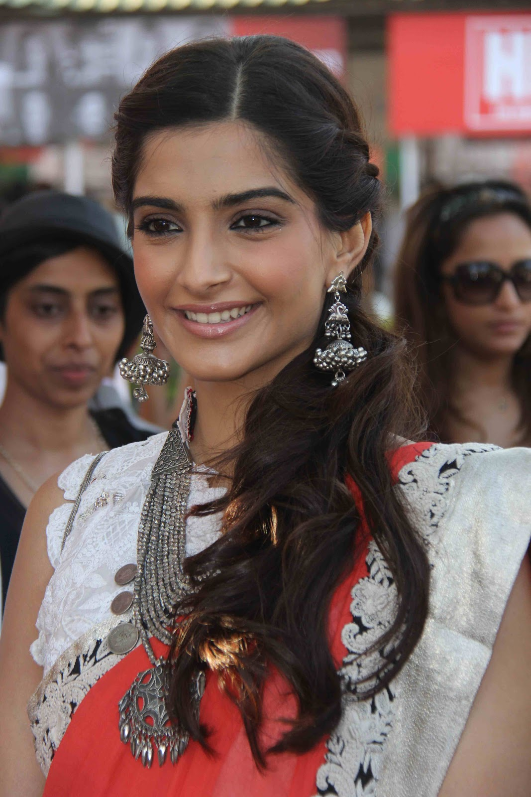 Sonam Kapoor Looks Ravishing In Saree At The Hello Classic Race