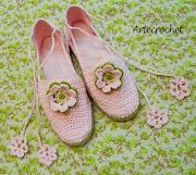 . dos modelos en los extremos de los cordones tiene los mismos abalorios . (zapato rosa flor verde)