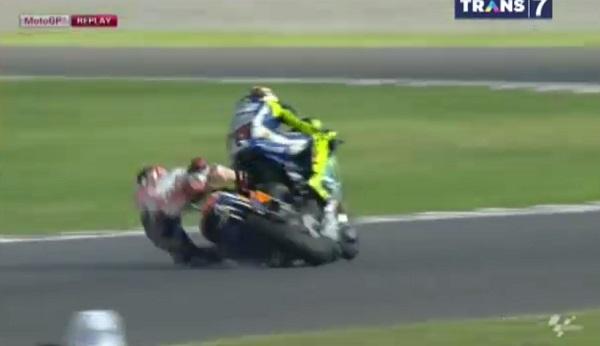 Foto Marquez jatuh vs Rossi