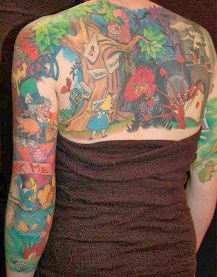 Tatuaje gigante de Alicia en el pais de las maravillas