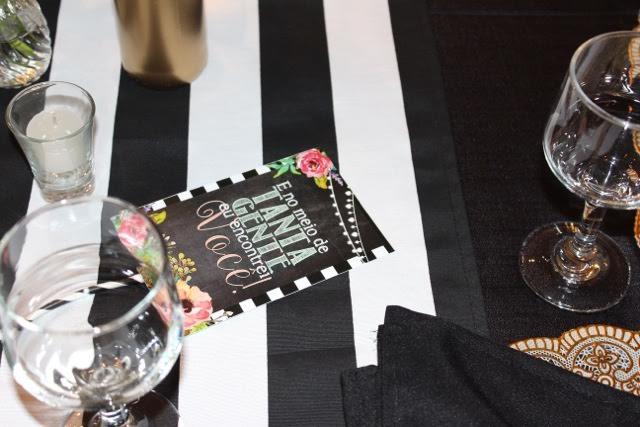 decoração, noivado, real, preto e branco, dourado, mesa do bolo, plaquinha, letra de música