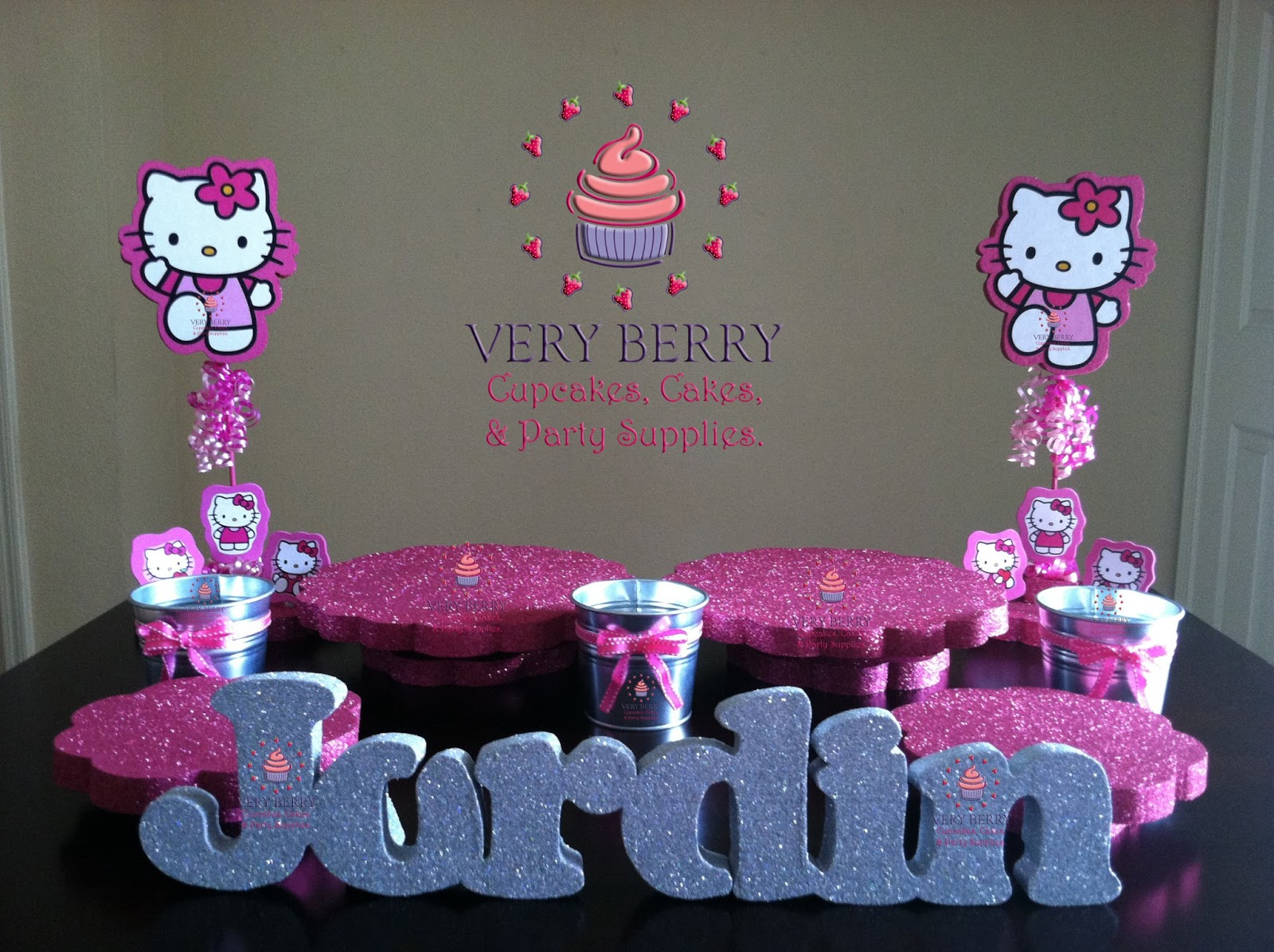 veryberry cupcakes hello kitty dessert table decoration. Black Bedroom Furniture Sets. Home Design Ideas