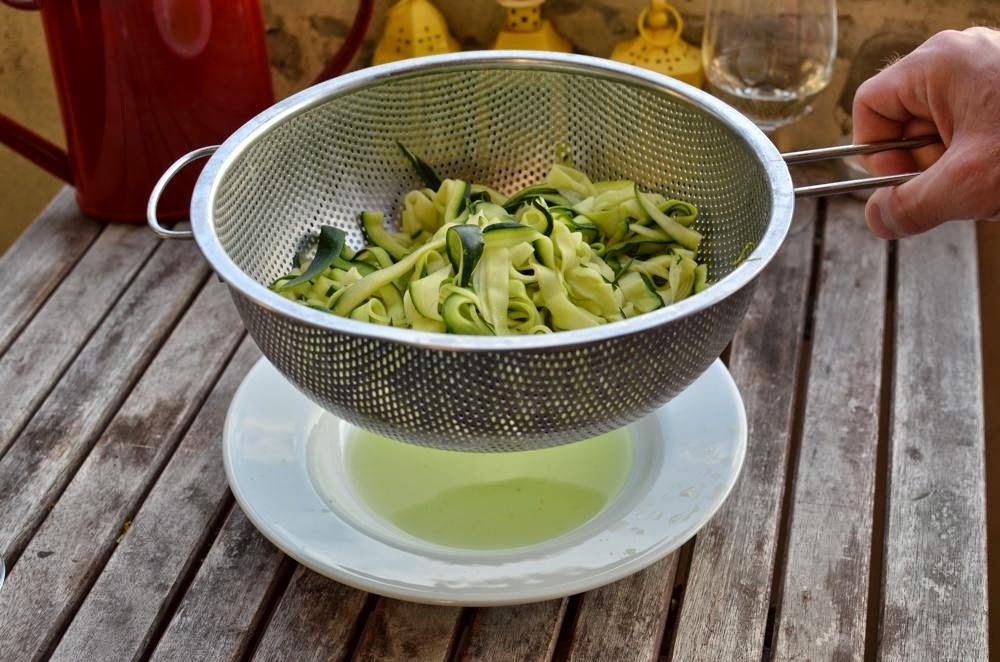 Recipe Zoodles - zucchini noodles - with pesto and parmesan