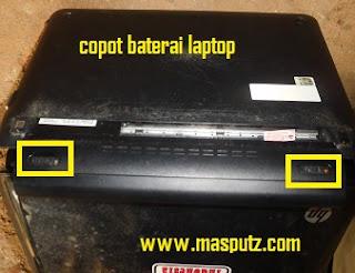 mencopot baterai laptop