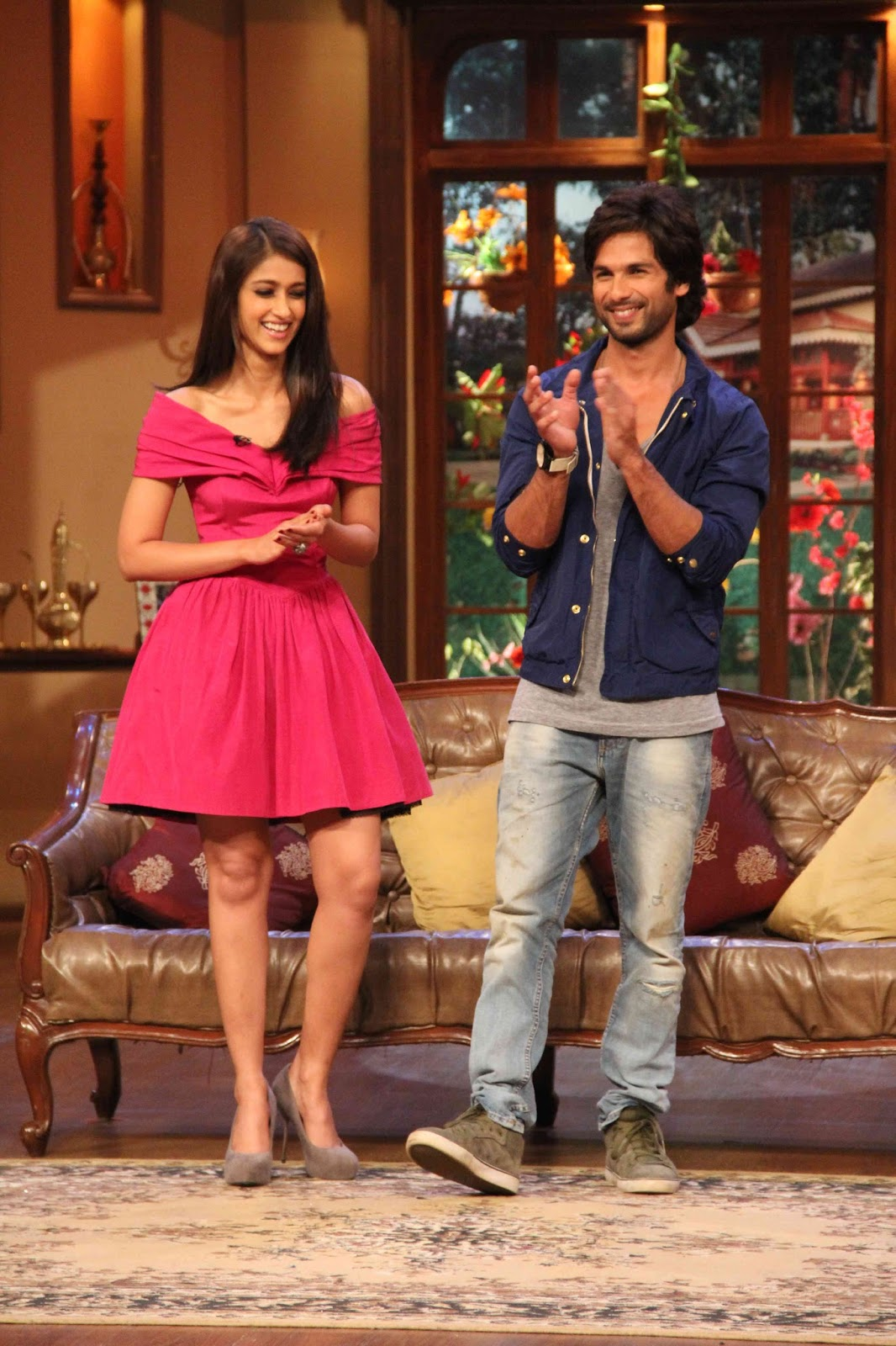 http://4.bp.blogspot.com/-A7u7HliHidE/UizH_nWltoI/AAAAAAAAbtY/OLlPrdzya1g/s1600/Shahid+&+Ileana+Promotes+PPNH+on+Sets+of+Comedy+Nights+with+Kapil+(4).JPG
