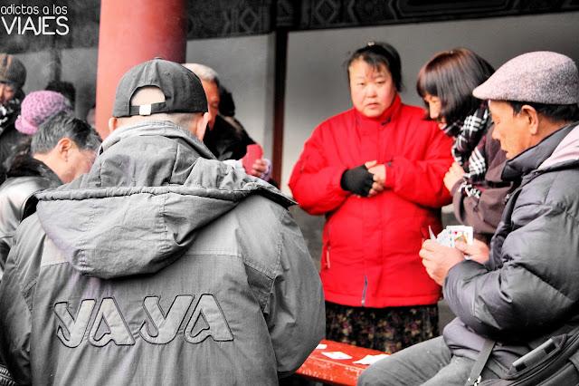 gente jugando a las cartas en el templo del cielo de pekin