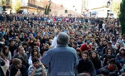 plaza llena de gente manifestándose
