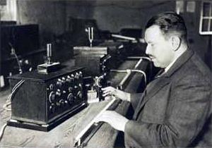 Friedrich Trautwein inventor del Trautonium probando uno de los primeros prototipos en el laboratorio de la Hochschule für Musik de Berlín