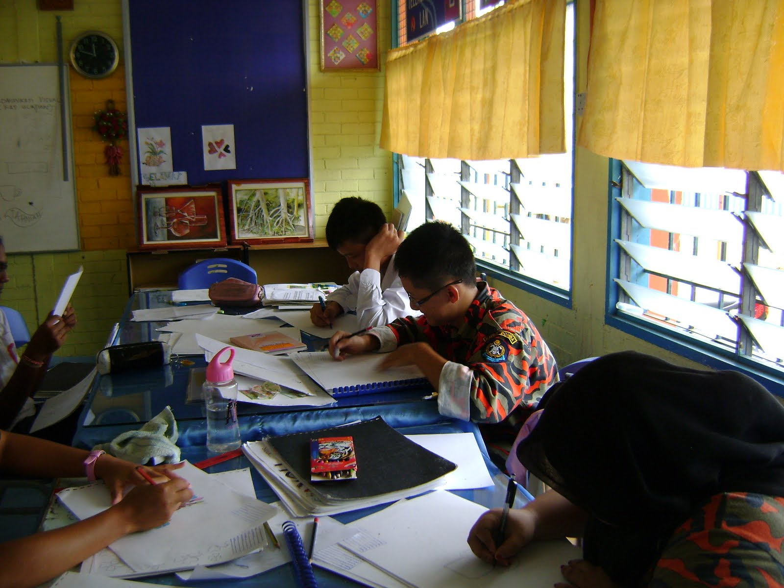 Calon-calon SPM 2011 sedang tekun menyiapkan kerja kursus.