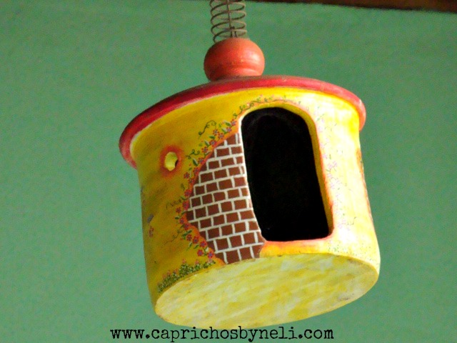 Casinha de passarinho em cerâmica na decoração de varanda