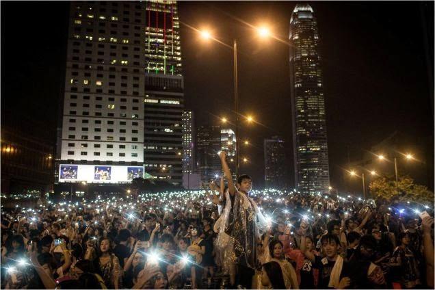 """""""La luz de los móviles"""" nueva protesta en Hong Kong"""