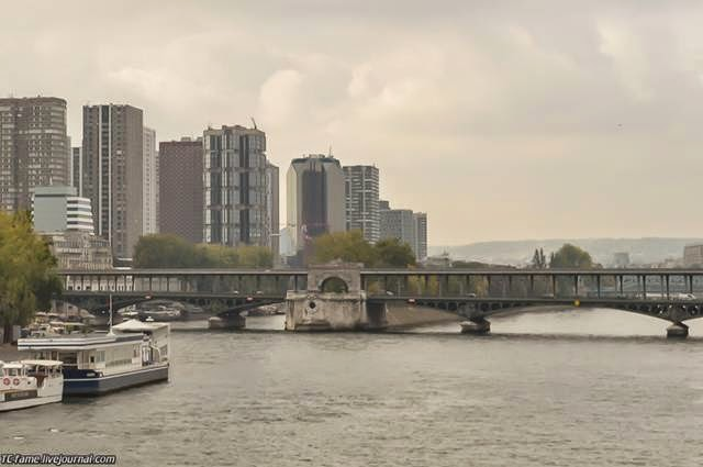 Connects the island of Saint-Louis with the left bank of the Seine. Was built in 1651 on the site of the wooden bridge of the King, who was standing here with 1370. Bridge crowned the statue of Saint Genevieve, who saved Paris from the Huns.