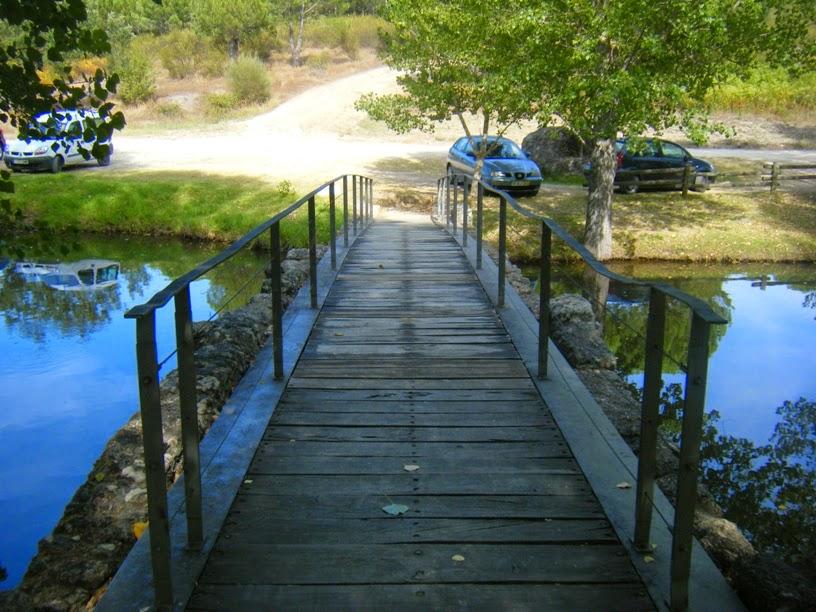 Ponte de madeira para entrar na zona de lazer
