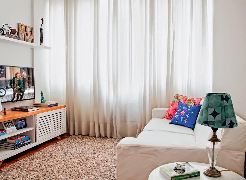 sofá, parede e cortina em tons claros combinando com piso de tacos escuro - Casa Abril