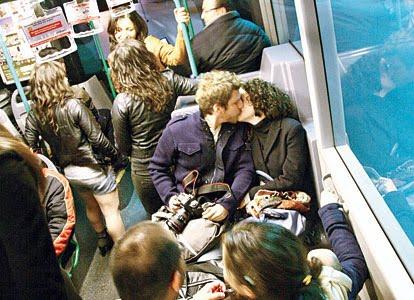 Foto Cewek Bule Ciuman di Bus