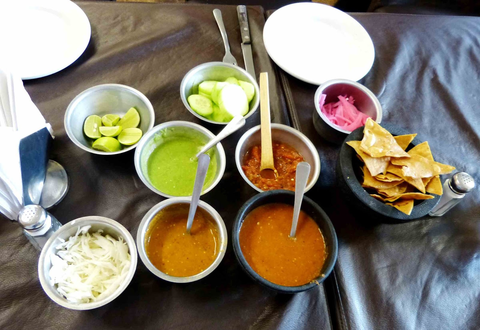 Distintos tipos de salsas en un restaurante