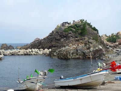 弁天崎の沖合に浮かぶ岩石島の千畳敷