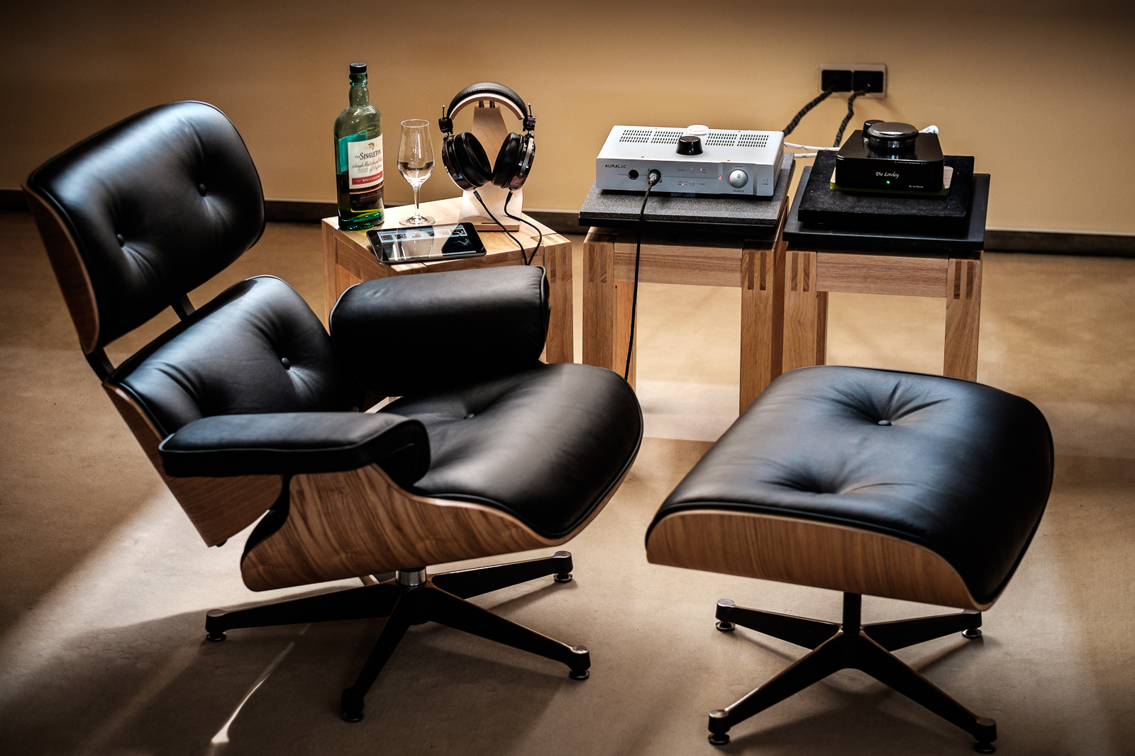 nah aufnahme eames lounge chair mit ottomane. Black Bedroom Furniture Sets. Home Design Ideas