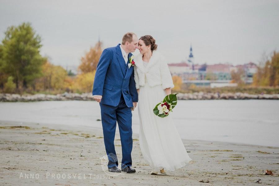 pruutpaar-jalutab-rannas-pulmad-pulmafoto