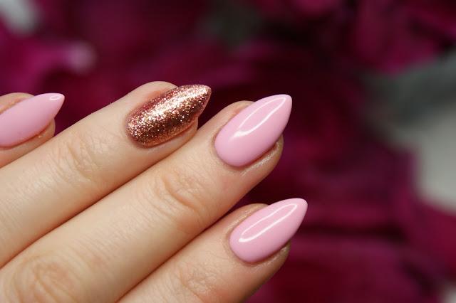 Маникюр с розовым и золотым лаком фото