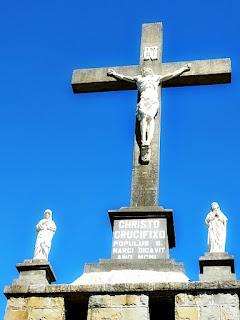 Crucifixo no Morro Calvário, em São Marcos. Há imagens de santos nas laterais direita e esquerda.