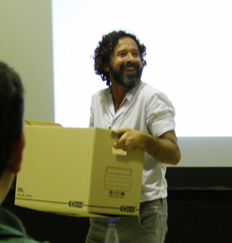 Ramón Barrera con su caja para la presentación
