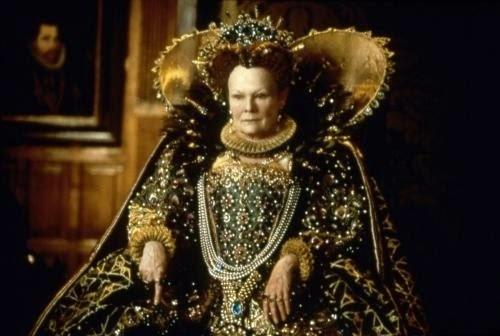 Judi Dench, méconnaissable en Elisabeth 1ère dans Shakespeare in Love, de John Madden (1998)