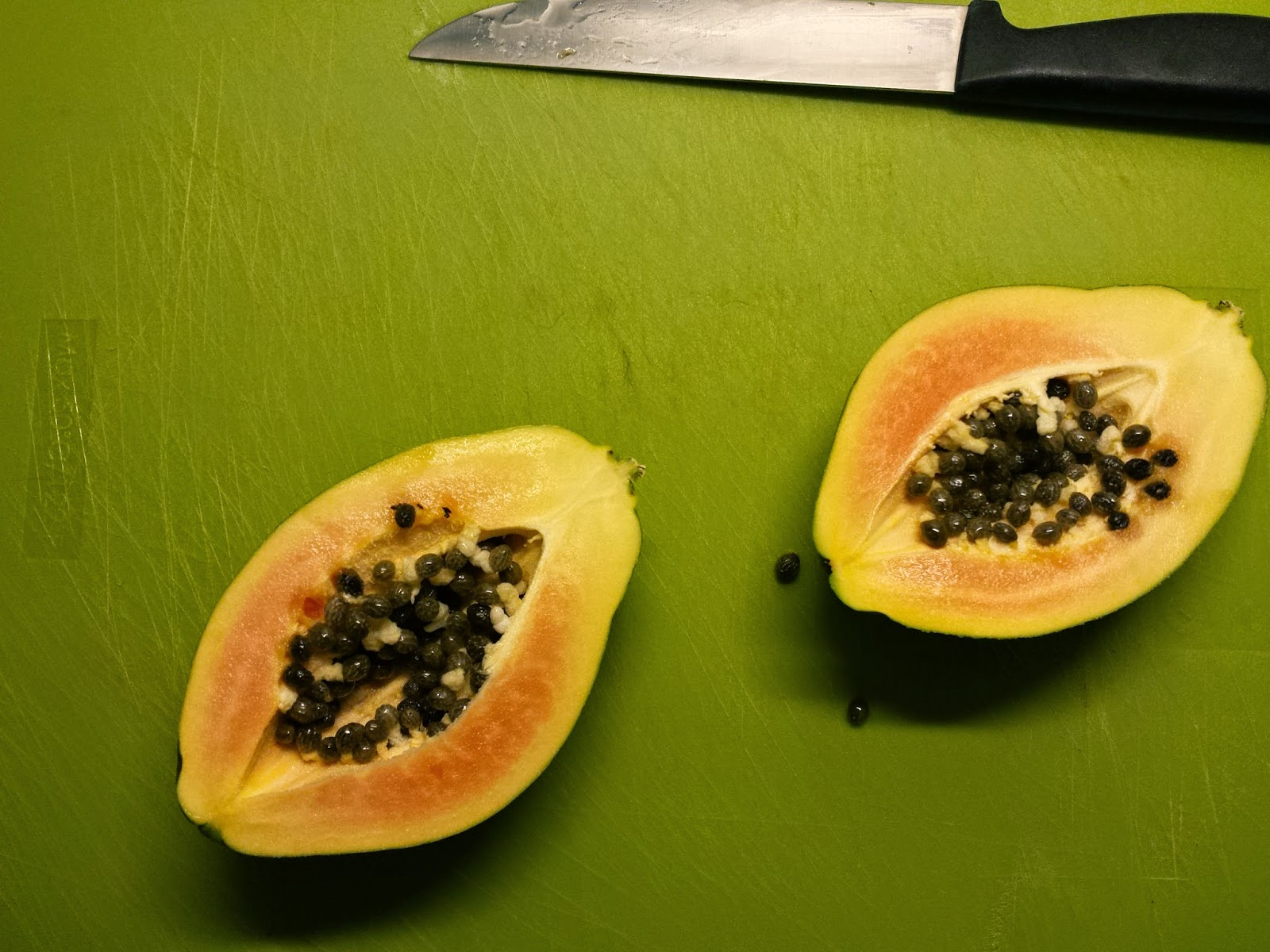 Eine halbierte Papaya