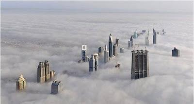 Un día nublado en Dubai con edificios de más de 160 pisos