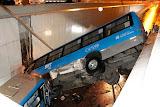 Ônibus cai de viaduto e atinge outro veículo; veja fotos