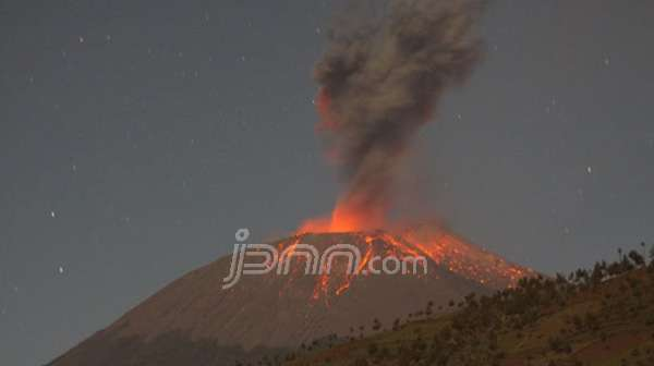 Foto: Gunung Slamet Meletus