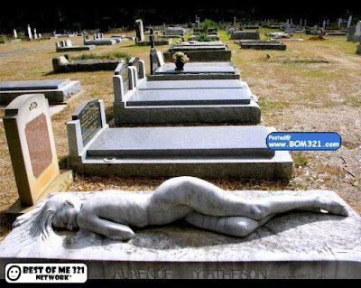 Batu Nisan Kubur Dengan Ukiran  Wanita