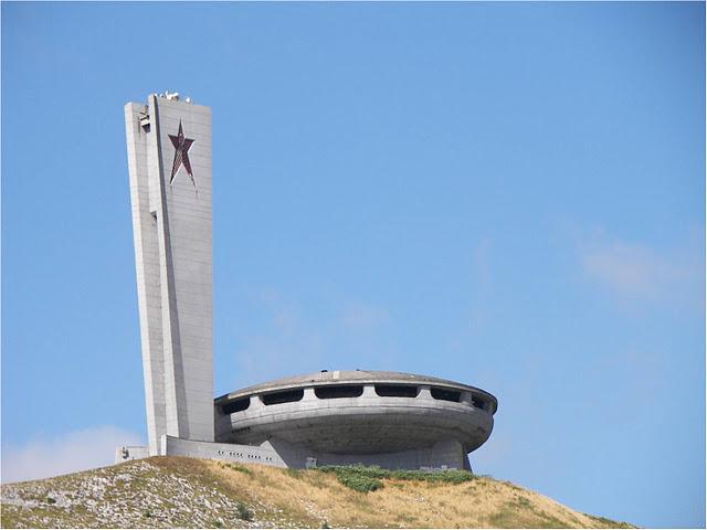 Construcciones socialistas de aspecto futurista El+Monumento+de+Buzludzha+-+Reliquia+abandonada+del+pasado+comunista+de+Bulgaria+01