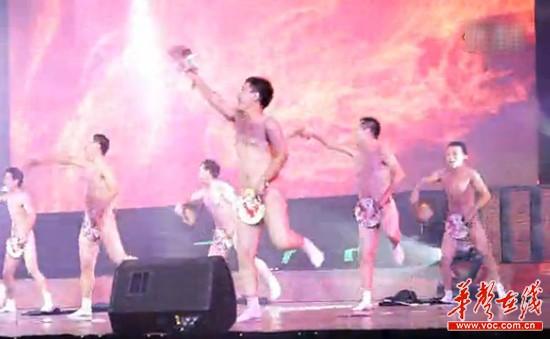 河南裸男扇子舞