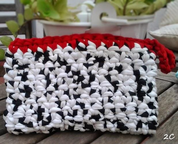 bolso de mano de trapillo blanco y negro con borde rojo